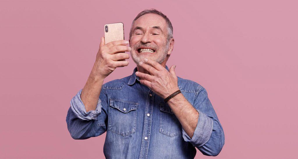 Toothie-sveriges-första-tandvårdsapp-man-med mobilkamera