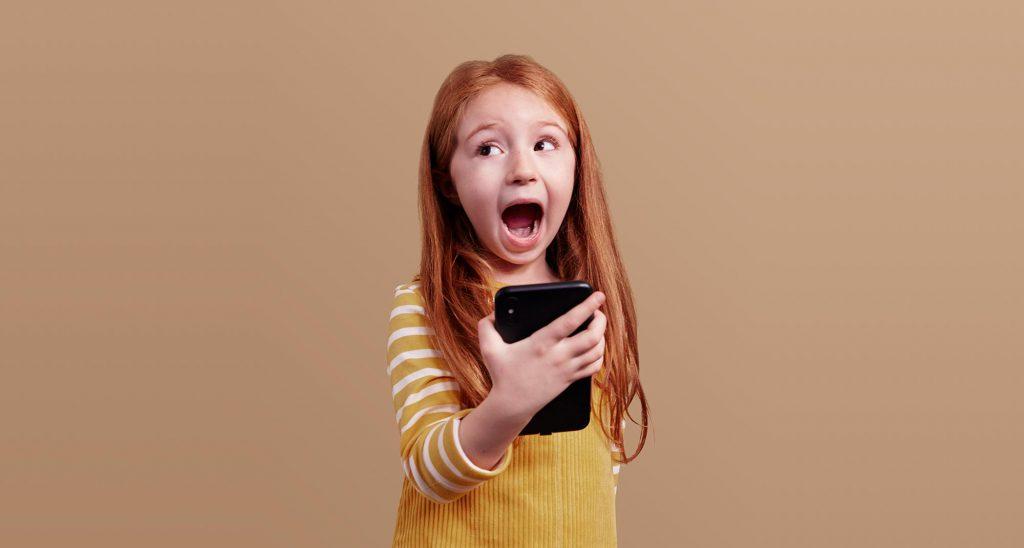 Toothie-sveriges-första-tandvårdsapp-Liten flicka-som-gapar-i-mobilen