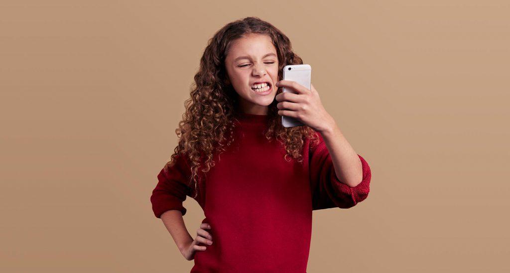 Toothie-sveriges-första-tandvårdsapp-Ung kvinna-som-tittar-i-mobilen