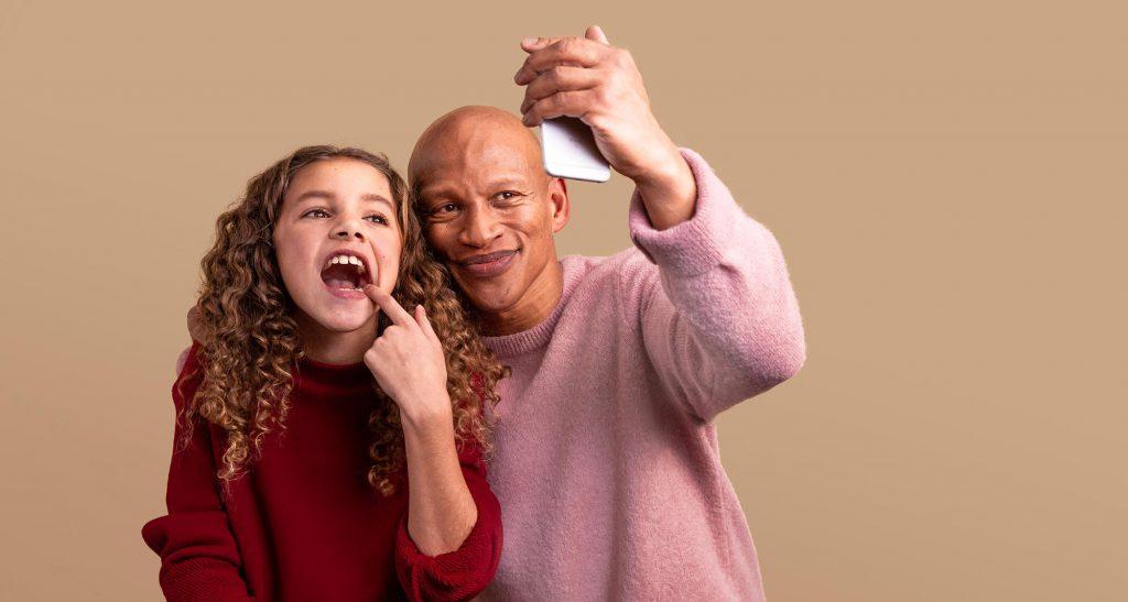 Toothie-sveriges-första-tandvårdsapp-barn-vuxen-med mobiltelefon